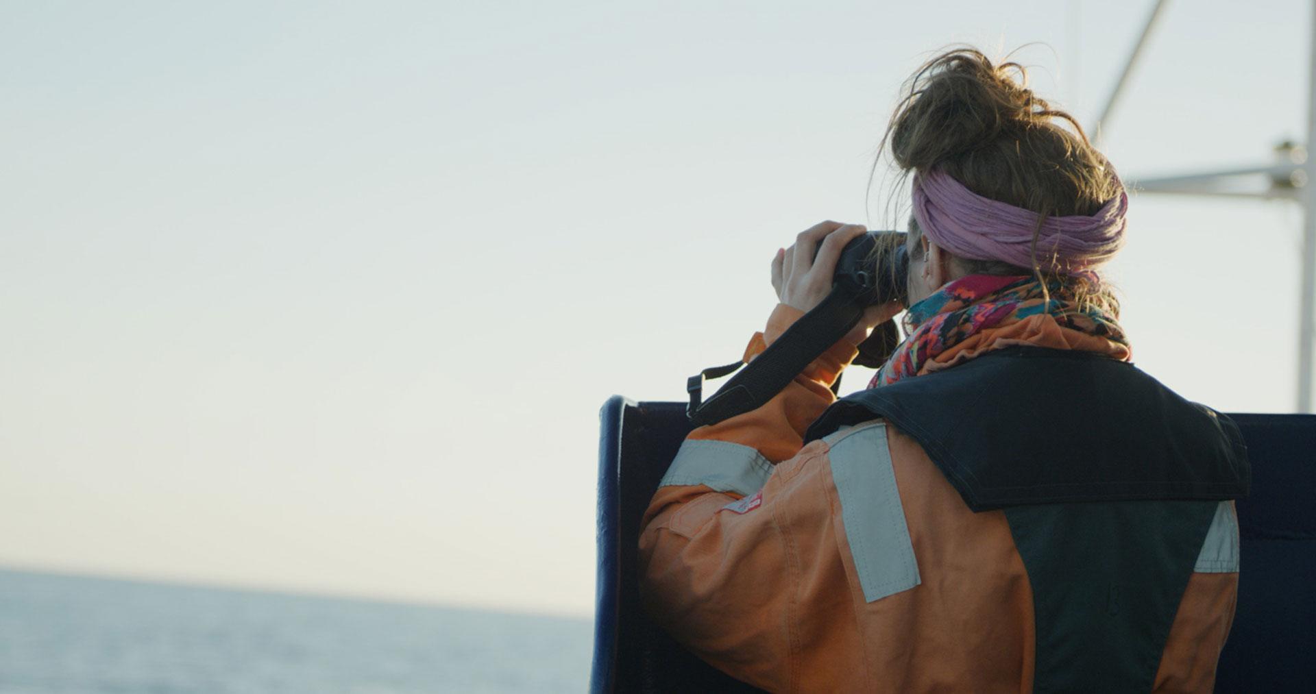 Seentoretterin hält ausschau nach Booten in Seenot