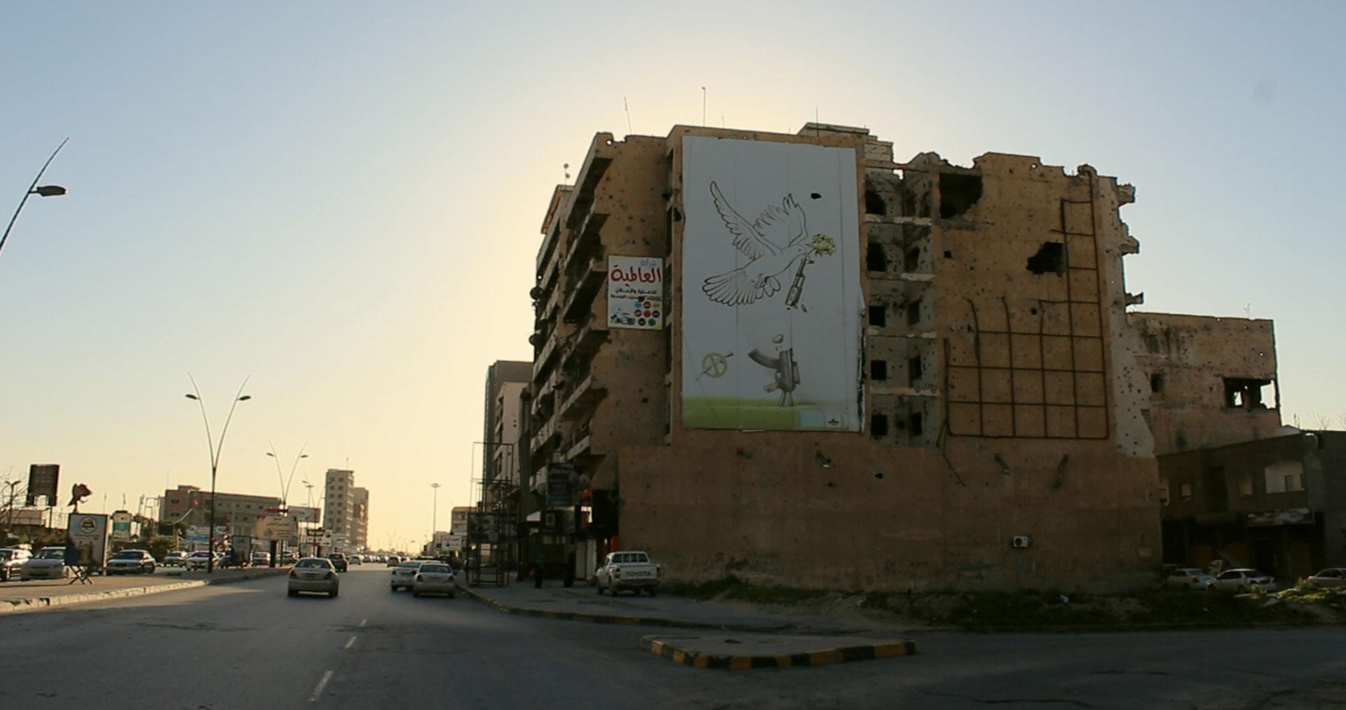 Tripolis in Libyen, zerbombtes Gebäude mit Friedenstaube