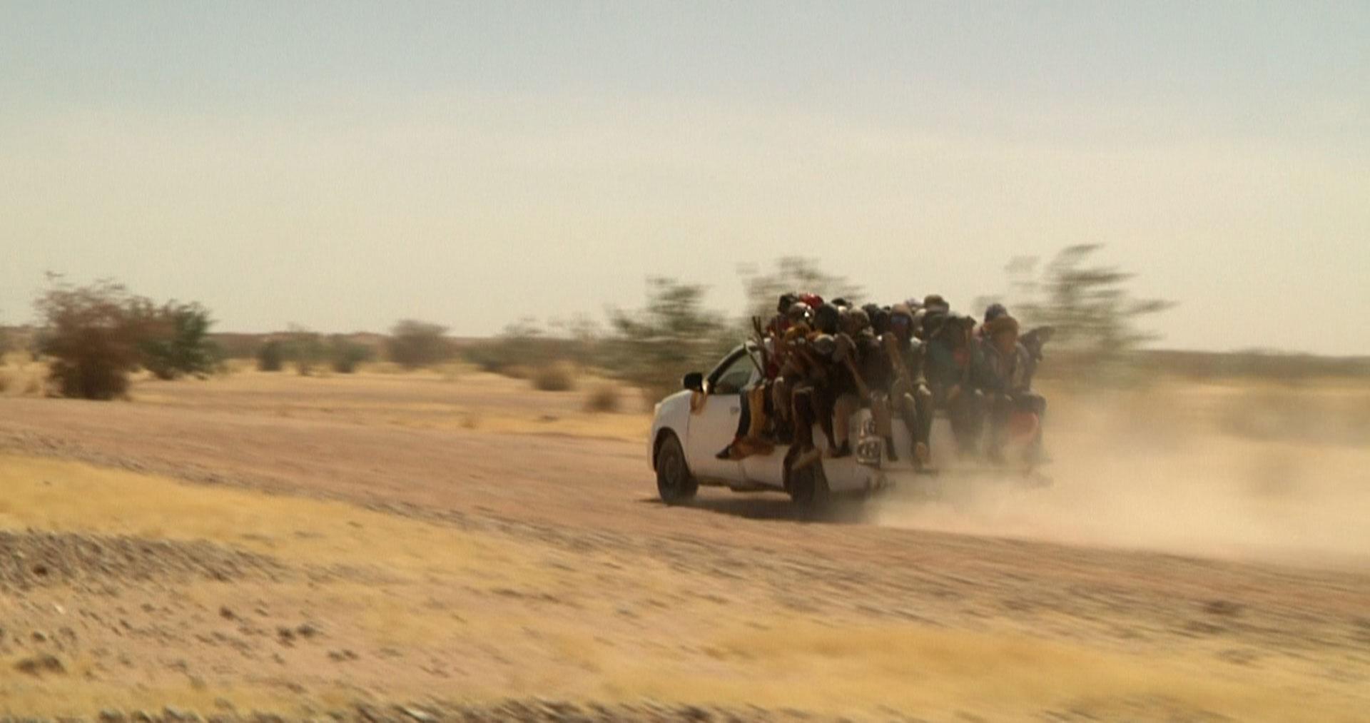 Menschen auf Pickup Truck in der Wüste Nigers
