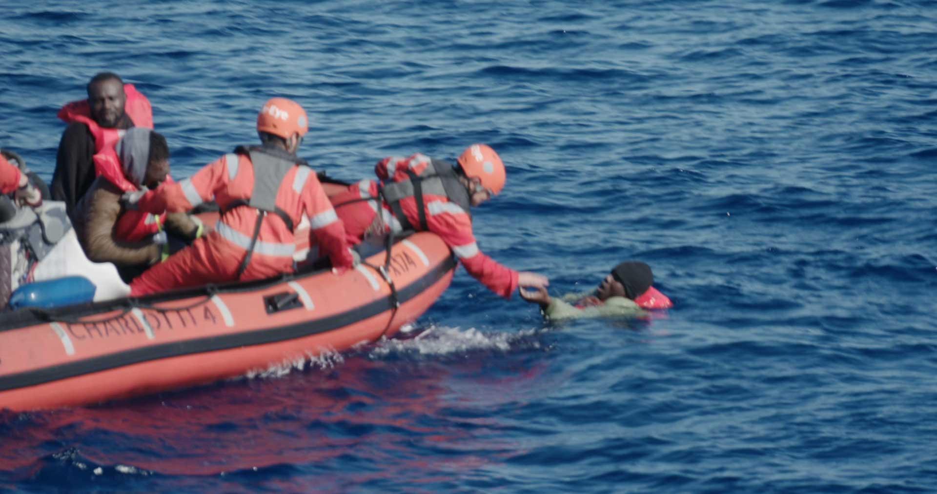Sea Eye rettet ertinkende Person aus dem Wasser