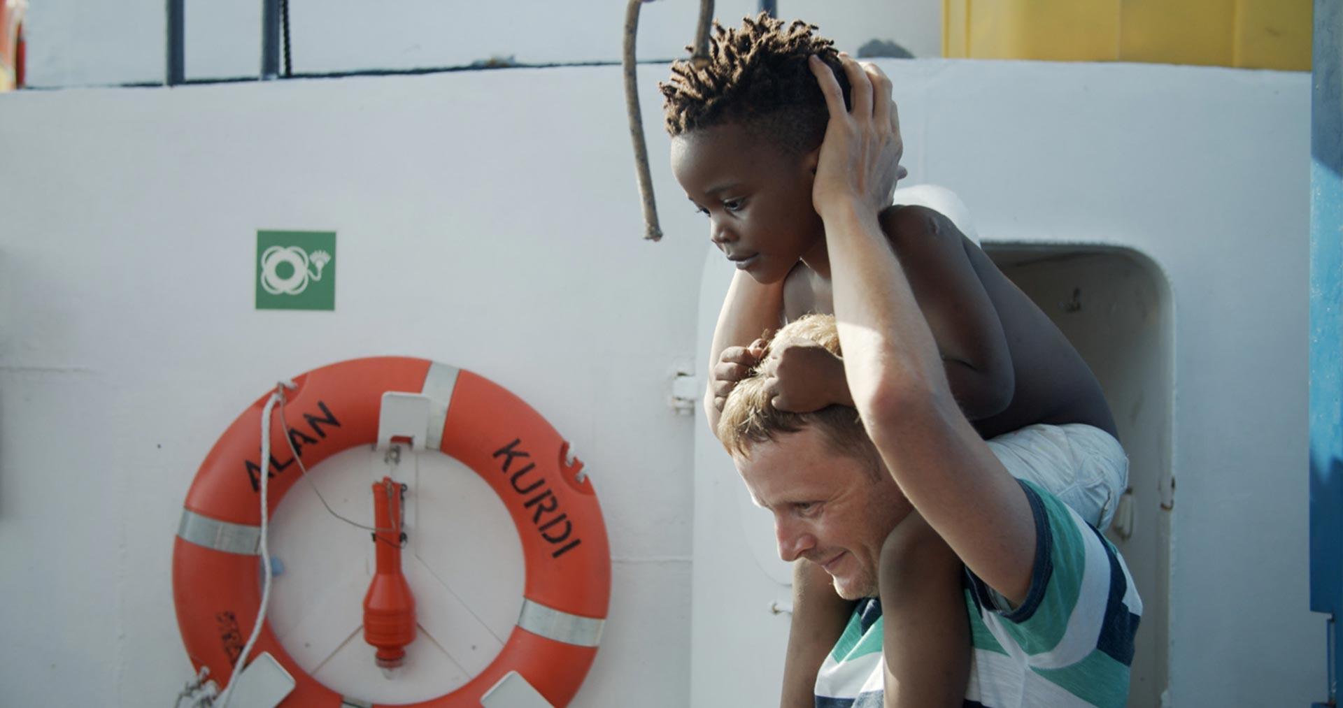 Geflüchtetes Kind freundet sich mit Crew der Alan Kurdi an