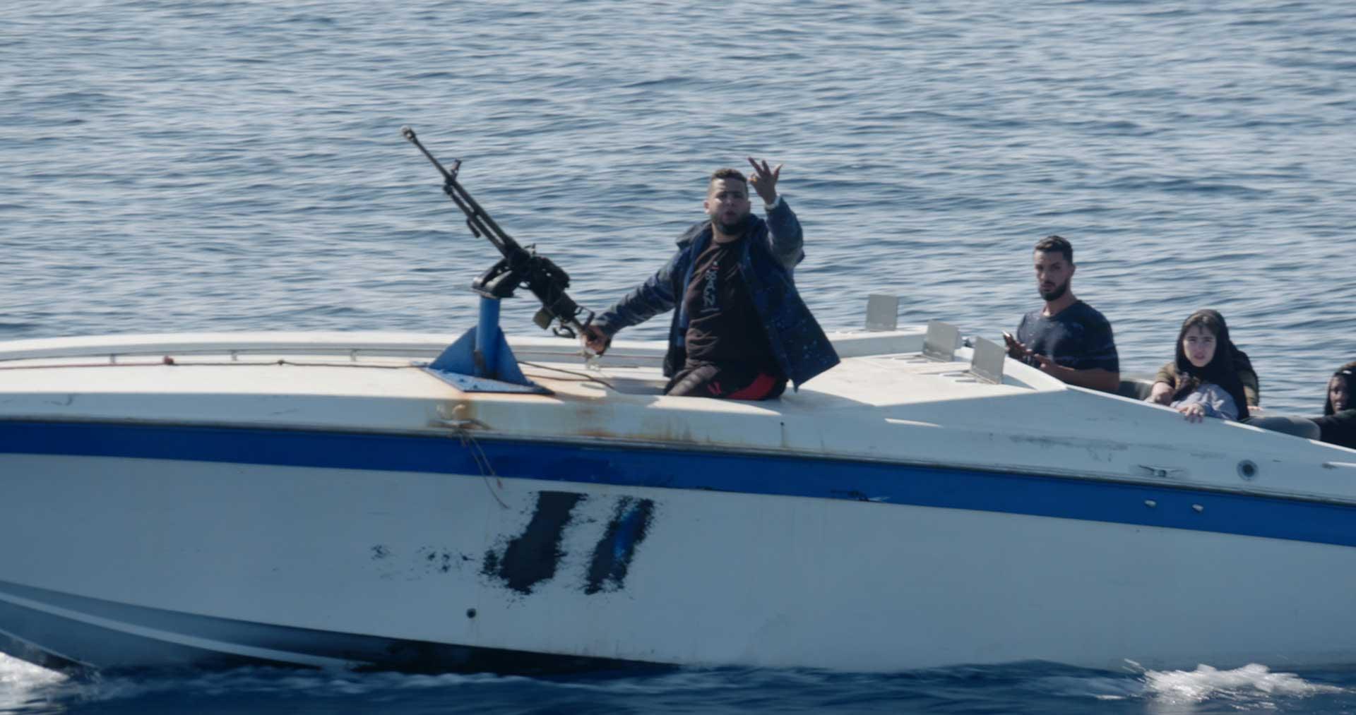 Libysche Küstenwache auf Schnellboot mit Maschinengewehr bedroht Seenotretter Sea-Eye