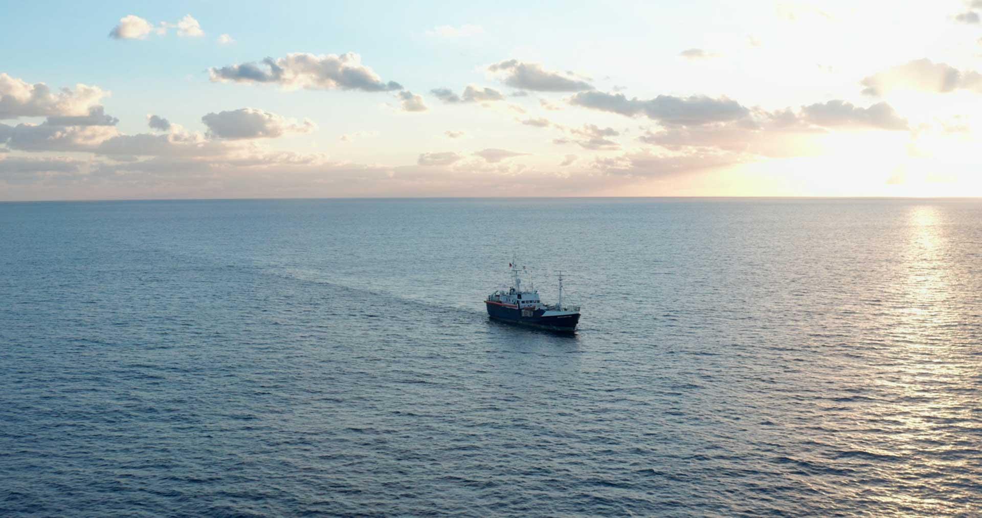 Seenotrettungsschiff von Sea Eye fährt im Sonnenuntergang auf dem Mittelmeer
